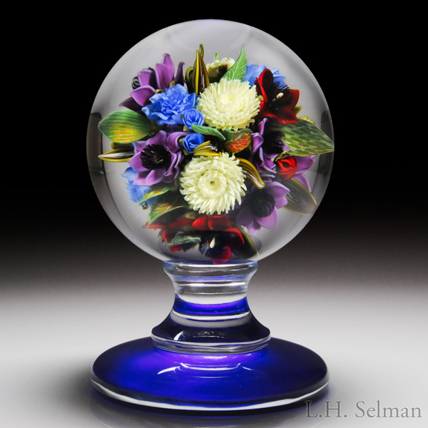 David Graeber 2016 chartreuse chrysanthemum and blue roses bouquet pedestal paperweight. Est. $2,500—3,500.