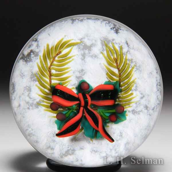 Ken Rosenfeld 2003 Christmas wreath and bow glass paperweight. by Ken Rosenfeld